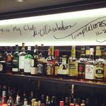 バー アリオリ - 当店の店名由来、アリ=オリ ウッドソン氏がご来店。壁にはサインが!