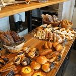 パン屋航路 - 所狭しと並ぶパンたち、大人系がいいですね(2017.3.13)