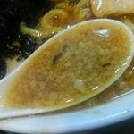 らーめん潤 - スープは背油がたっぷり。