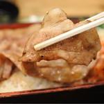 丸寿 - 炭火焼のぶた肉は香ばしくて美味しい!