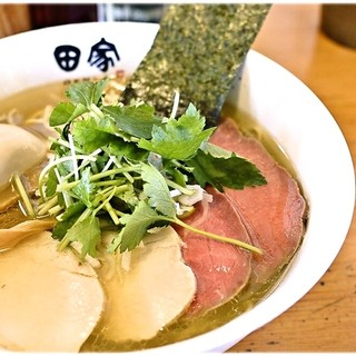 中華そば 田家 - 料理写真:特製煮干塩そば 980円 見た目通りクリアな味わいの煮干スープです。クリアと言っても旨味は強し!