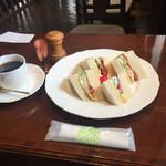 珈琲 詩人 - 2017年3月。ミックスサンド650円とコーヒー450円。