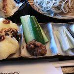 そばの杜 - 写真左から、みそポテト・おなめ(とキュウリ)・しゃくし菜の漬物