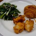 カフェ&ミール ムジ - 「江戸菜とひじきのサラダ」「鶏むね肉の唐揚げスイートチリソース」「はるかのコロッケ」