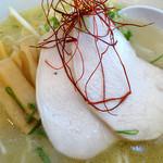 フーミン - 「鶏白湯らーめん(大盛)」綺麗に盛り付けられたトッピング