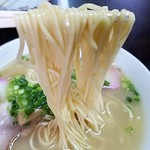丸啓 - 麺はストレートで口当たりの柔らかさが優しい