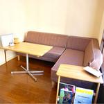 エゾリス珈琲店 - お家のリビングにお邪魔した雰囲気のソファ席。