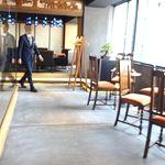 御料理 大嵓埜 - 内観;手前、窓際テーブル席、欄間の奥の個室はレザー張りのソファ席ミスマッチのシャンデリア