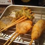 はなまる串カツ製作所 - 追加の串揚げ 鰆、菜の花、ホタテ、豚(左から)
