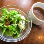 BREAD&DISHES MUGINOKI - ランチのサラダとスープ。糸島産の素材にもこだわったお店です。