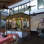 野菜ビュッフェ ツナギィーナ - 天井が高く広々とした店内