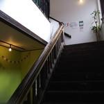野菜ビュッフェ ツナギィーナ - 二階への階段