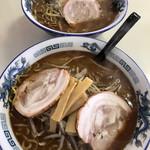 爐 - 料理写真:手前から醤油ら〜めん(720円)、塩ら〜めん(720円)