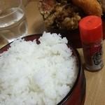 ごはん処あだち - ご飯は寿司桶に入っています。