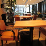 ザ プレイス コウベ - 床も机も木でいいね!