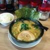 横浜家系ラーメン春樹 - 料理写真:豚骨ラーメン・醤油(650円)。ご飯はセルフで食べ放題だそうです。ルックスは好きなタイプでしたが、