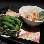 完全個室居酒屋 壱岐 - 前菜の「鶏ささみの湯引き ~博多めんたい添え~」と「おつまみ枝豆」