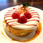 星乃珈琲店 - 料理写真:苺とふんわりクリームのスフレパンケーキ シングル 880円