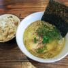 ほったて小屋 - 料理写真:「鶏塩白湯ラーメン・かしわめしのセット」(700円)。良い香り~♪