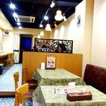 インド料理インディゴ - 内観;内観;カウンター席、片側ソファ席、奥は半個室