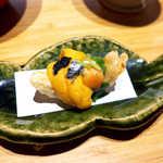 嗜季 - 料理写真:新玉葱の天ぷらにウニ。二つの素材が持つ全く異質な「甘さ」が、口の中で統合され消えてゆく