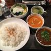 プリマパルティーレ - 料理写真:ポモドーロバターチキンとポークビンダルーのハーフ&ハーフ950円