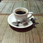 カレーの店 ボンベイ - 食後のデミタスコーヒーとチョコレート。 辛いものを食べた後に嬉しいですね♡