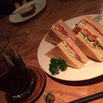 ボンポアンカルダン - アイスコーヒー&野菜サンド HERSHEY'Sがテーブルにちょこんと…。