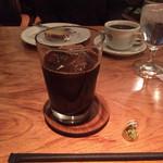 ボンポアンカルダン - アイスコーヒー&コーヒーのオマケと思われるHERSHEY'Sのチョコレート。