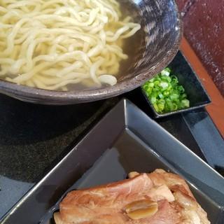"""琉球麺 茉家 - 料理写真:""""見た目普通のソーキそば"""""""