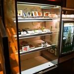 バッソカフェ - 冷蔵ケースから好きなおつまみを取るシステム