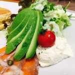 64523853 - サーモンとアボカドのクリームチーズパンケーキ  フレッシュな野菜