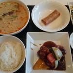 64527010 - 品数豊富な日替わりメインと坦坦麺のハーフランチ900円