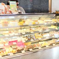 BASEL - ショーケースにはBASEL自慢の地元から愛されるケーキが並びます。もちろん、テイクアウト可能。