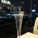 さわら - 窓際のフリーテーブルより泡と夜景。美丈夫 発泡吟醸酒しゅわっ 税込648円