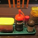 やましょう - 卓上にはとんかつソース、福神漬け、フライドオニオン、辣油