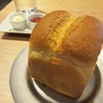 薬院マルシェ - セットで頼んだ窯出し食パンは、姉妹店である薬院六つ角のベーカリー『むつか堂』のものです。
