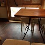 グレイトフルバーガー - 2人掛けテーブルが1卓と4人掛けが1卓(2017.3.30)