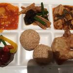 上海柿安 - いかのチリソース、唐揚げ、揚げ餃子、肉団子など