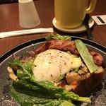 タイム堂 - 玉田農園の季節野菜のオープンサンド 温泉卵、自家製ベーコンを追加トッピング