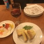 ステーキ&ビア ビストロ・パプリカ - ガーリックトーストとピクルスです。ピクルスってついつい食べちゃうのね。