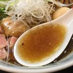 柳麺 呉田 - 神戸牛雌牛の脂が加わり、厚みを増したスープ