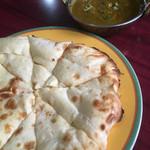 ミヤギディ レストラン - チキンほうれん草カレーのセット。ナンはチーズナンに変更