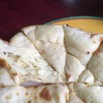 ミヤギディ レストラン - チーズナンのアップ。ふわふわ生地にチーズ入り。甘くされててデザート感覚でも。