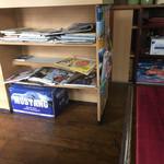 ミヤギディ レストラン - 内観。新聞や雑誌が置かれてます。