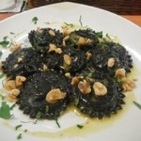 干し鱈とジャガイモを詰めたイカ墨のラヴィオリ