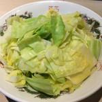 デブソバ リパブリック - 汁なし坦々麺も まぜそばと同じく別皿に茹でた野菜が付きます ちなみに汁なし坦々麺は無料トッピング増しはできないので注意!