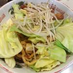 デブソバ リパブリック - 別皿で提供された野菜を汁なし坦々麺に少しずつのせます 多分一気にのせると確実にこぼします(笑)