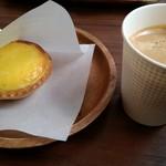 ニセコ高橋牧場 - コーヒーとともに店内で。