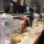 やるき屋 - カウンターメインの店内。2人がけテーブルが少しある。